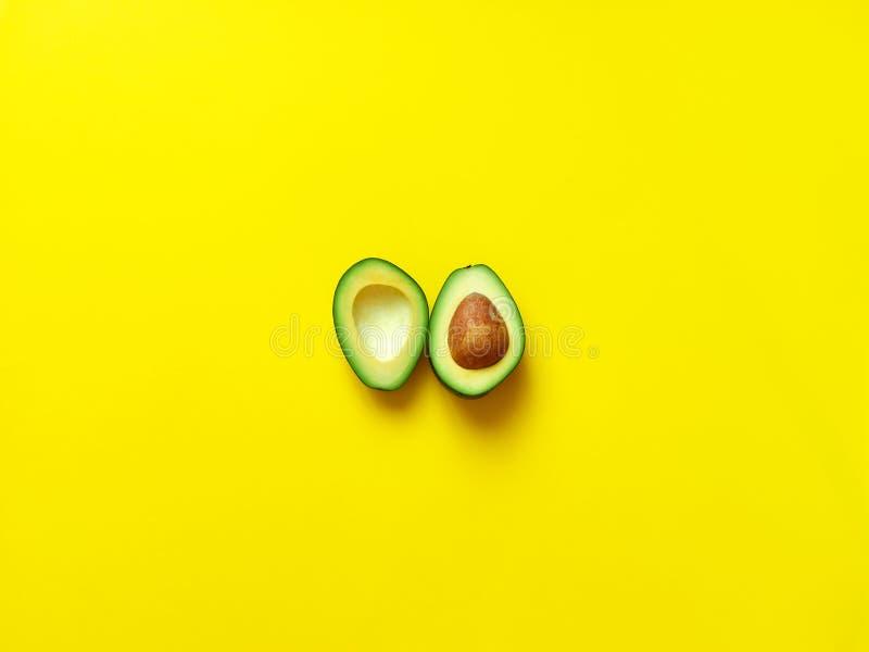 Avocat coupé en tranches avec la graine en jaune photos libres de droits