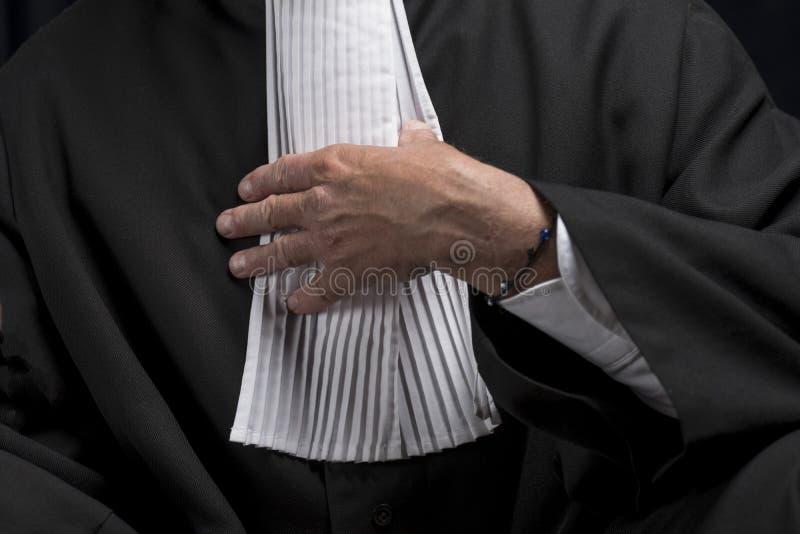 Download Avocat Dans La Robe Avec Le Juge Haut étroit De Mains De Jabot Photo stock - Image du permissible, crime: 77150876