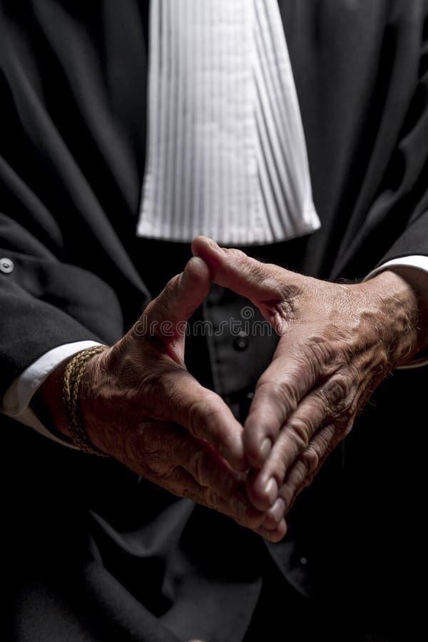Download Avocat Dans La Robe Avec Le Juge Haut étroit De Mains De Jabot Photo stock - Image du honnête, arbitrez: 77151092