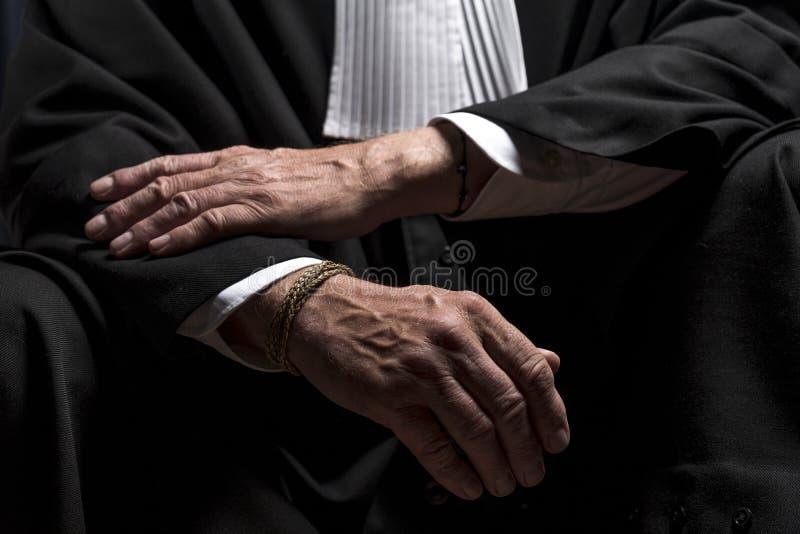 Download Avocat Dans La Robe Avec Le Juge Haut étroit De Mains De Jabot Photo stock - Image du criminel, autorité: 77152038