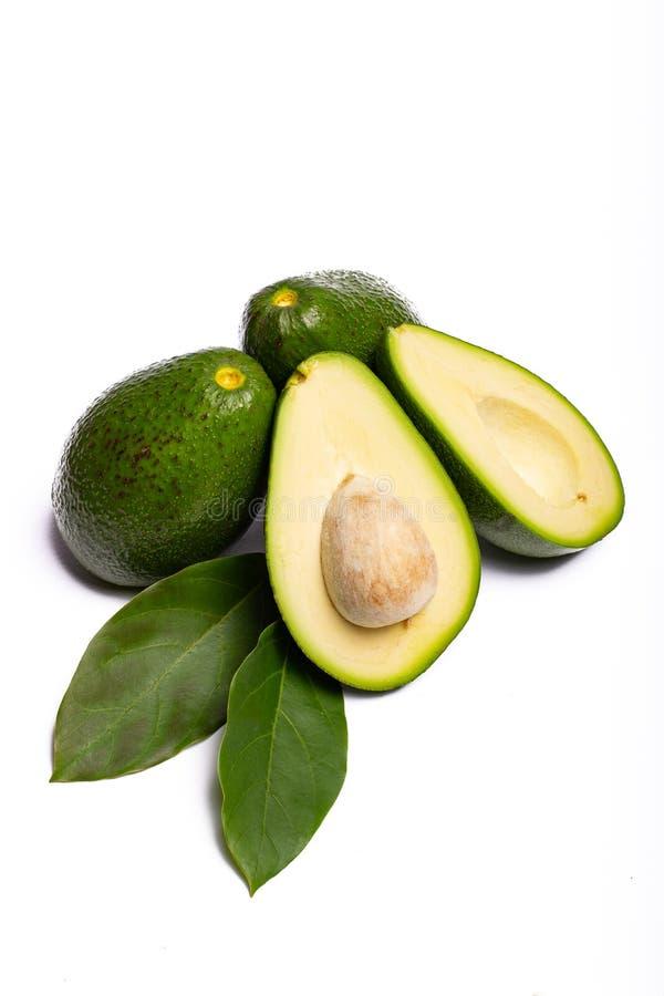 Avocat entier et coupé en tranches vert mûr organique frais de Fuerte avec le le photos stock