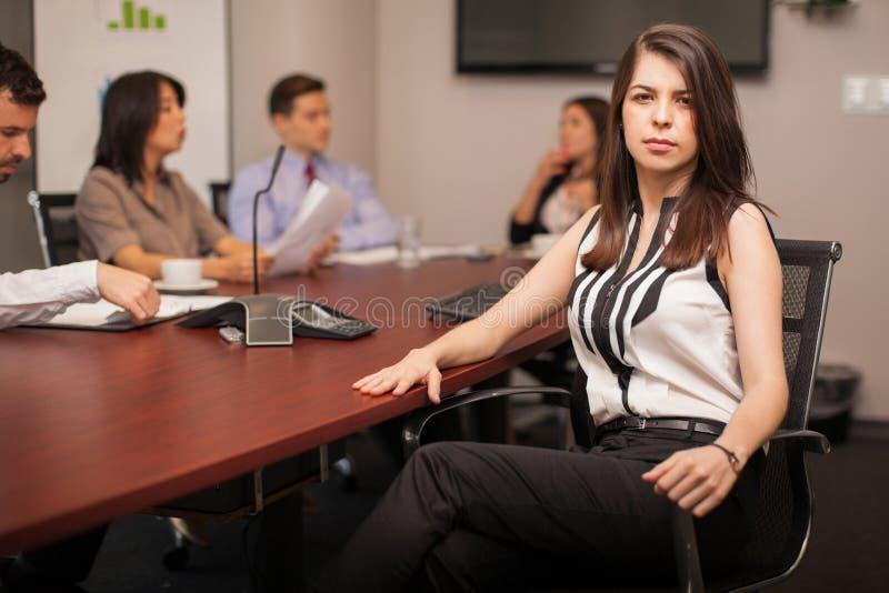 Avocat féminin sérieux au travail photos libres de droits