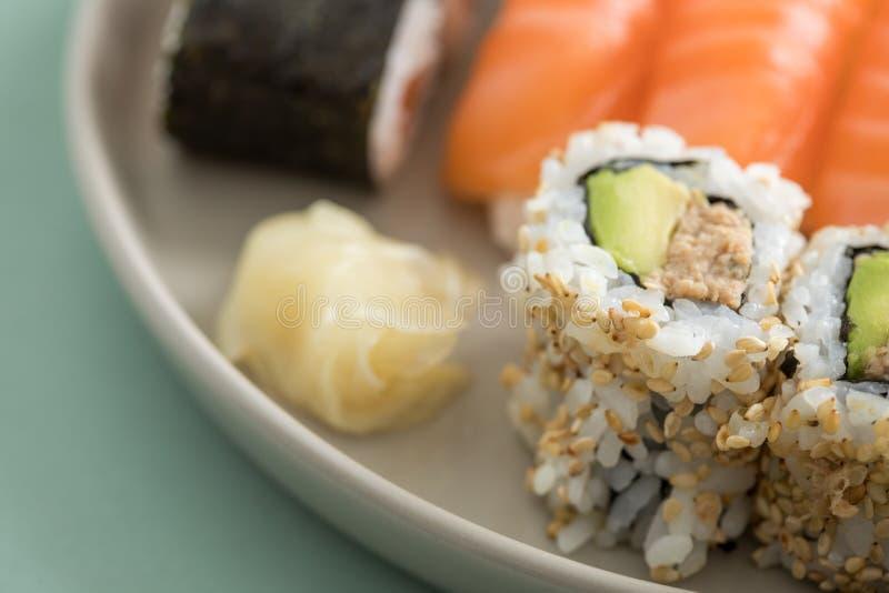 Avocat japonais de thon à l'envers la Californie avec Nigiri et Maki saumonés de plat de préparation de sushi images stock
