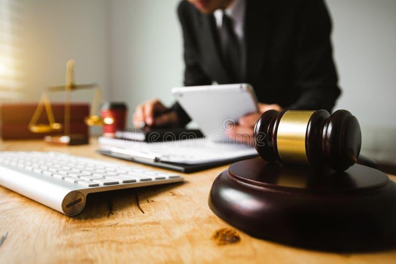 Avocat masculin dans le bureau avec l'échelle en laiton image libre de droits