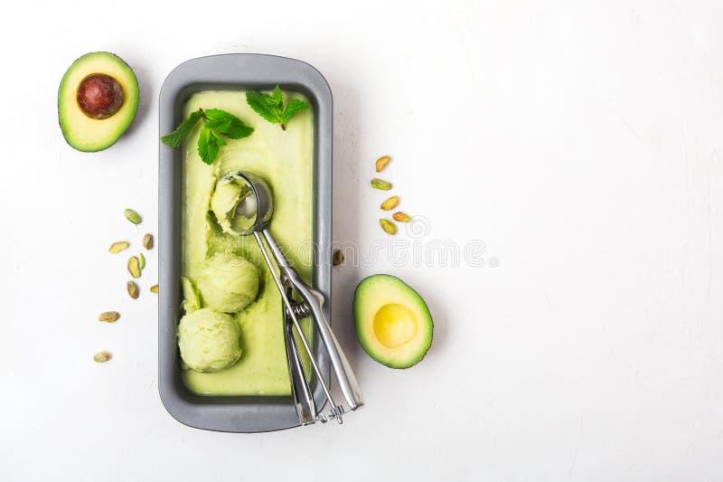 Avocat organique fait maison et crème glacée en bon état dans un conteneur métallique images stock