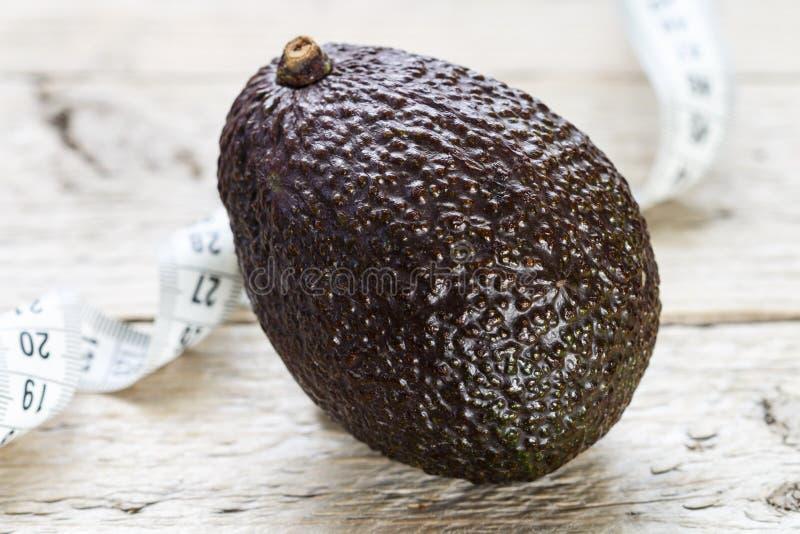 Avocat organique frais Haas et bande de mesure image stock