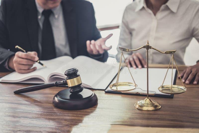 Avocat ou juge masculin consulter avoir la réunion d'équipe avec la cliente de femme d'affaires, la loi et le concept de services photos libres de droits