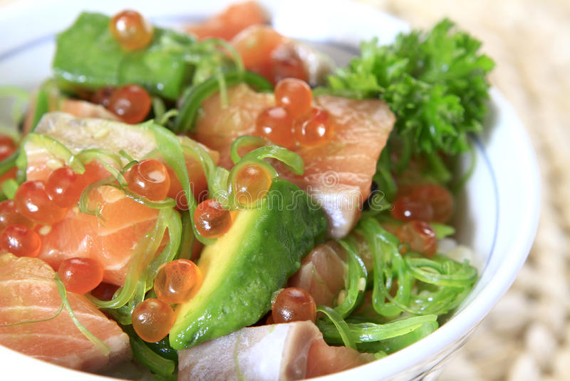 Avocat saumoné sur le riz images stock