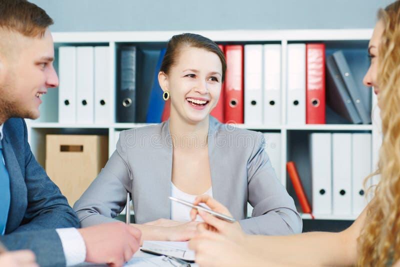 Avocats modernes discutant travaillant des problèmes Affaires et association sérieuses, offre d'emploi, succès financier, travail photos stock
