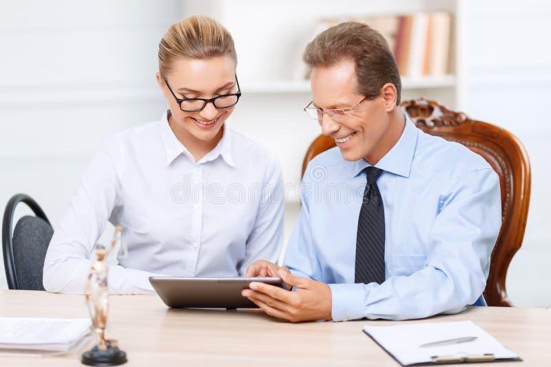 Avocats professionnels ayant la conversation image stock