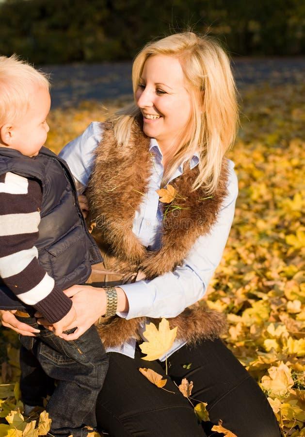 Avoir l'amusement avec la maman. photographie stock libre de droits