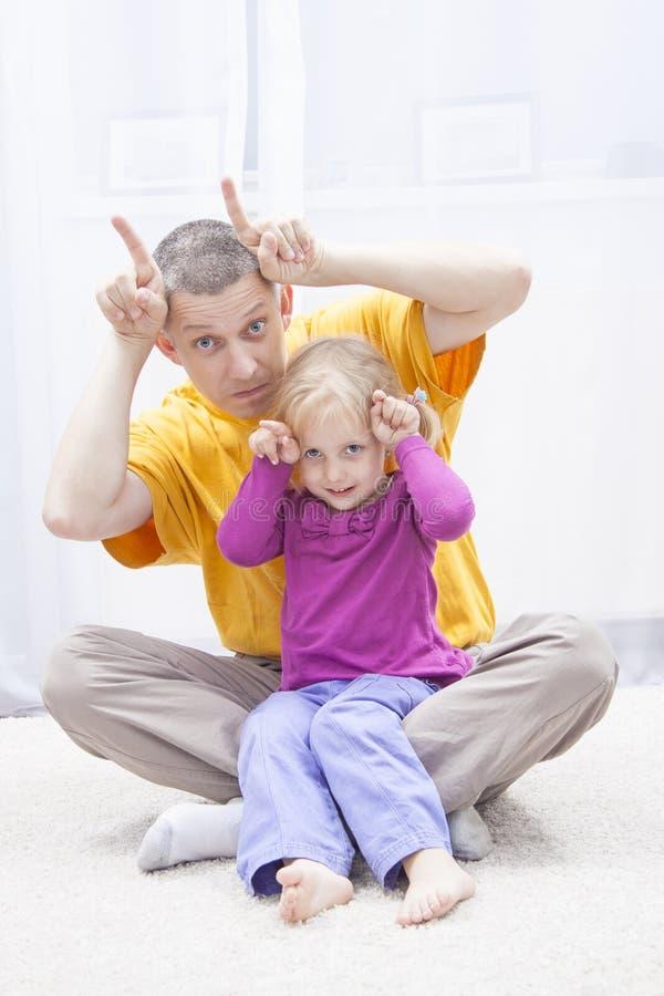 Avoir l'amusement avec le père image libre de droits