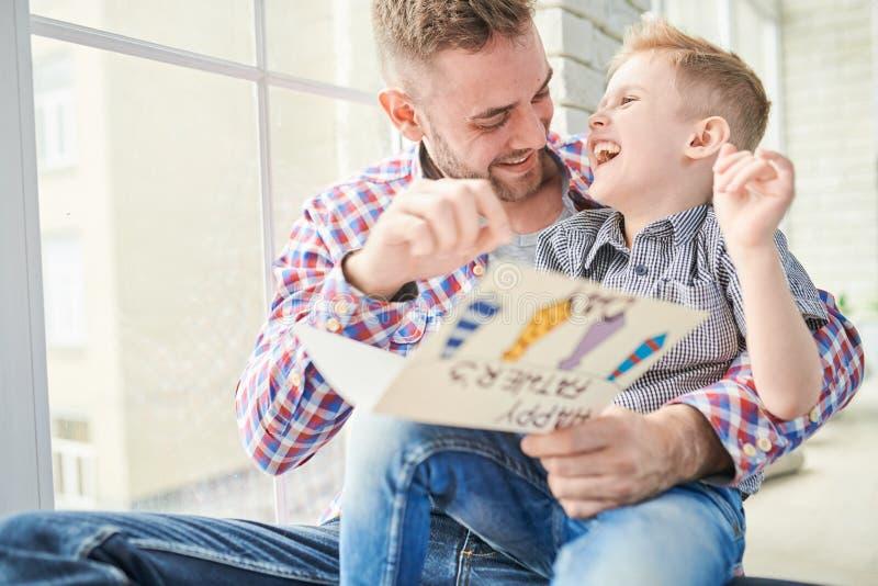 Avoir l'amusement le jour de pères image stock