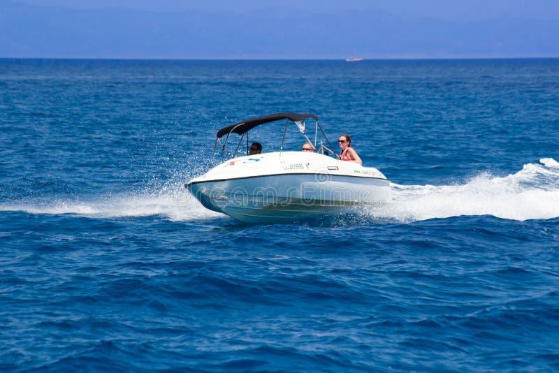 Avoir l'amusement sur un bateau image stock