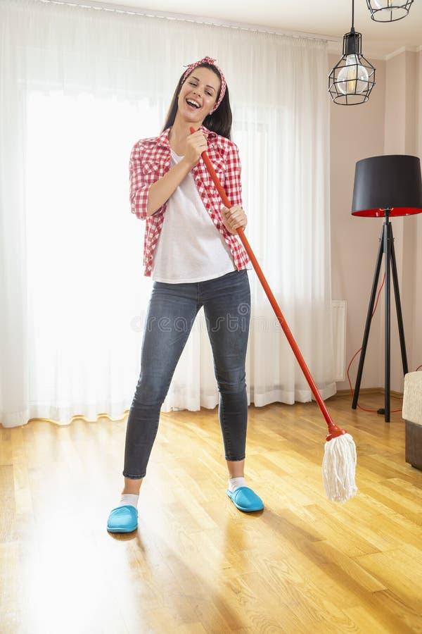 Avoir l'amusement tout en faisant les travaux domestiques photos libres de droits