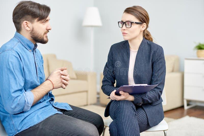 Avoir la consultation au bureau de psychothérapie photos stock