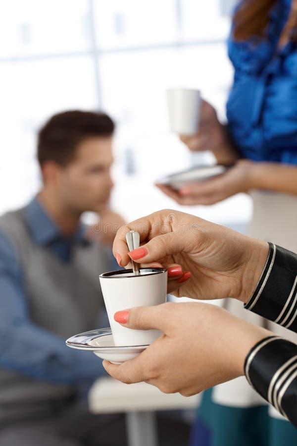 Avoir le café dans le bureau photos libres de droits