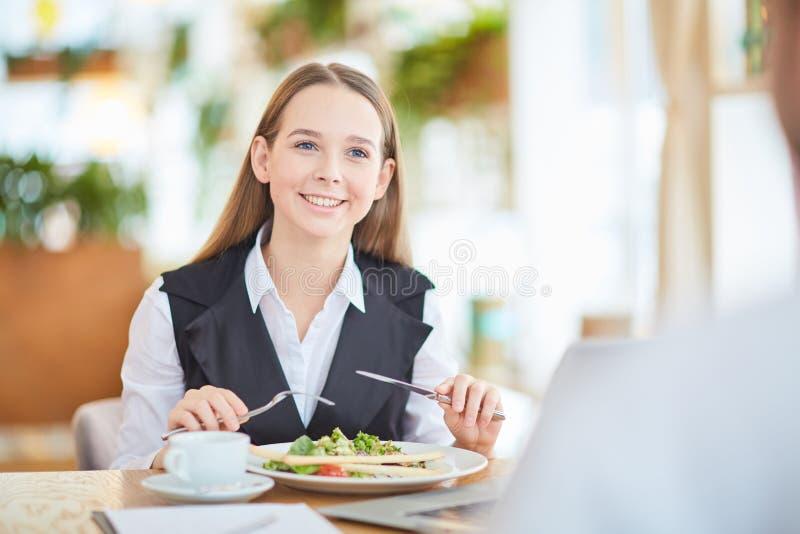 Avoir le déjeuner d'affaires images stock