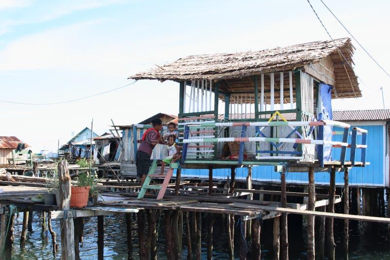 Avoir le repos dans l'ombre des maisons colorées au-dessus de la mer photos libres de droits