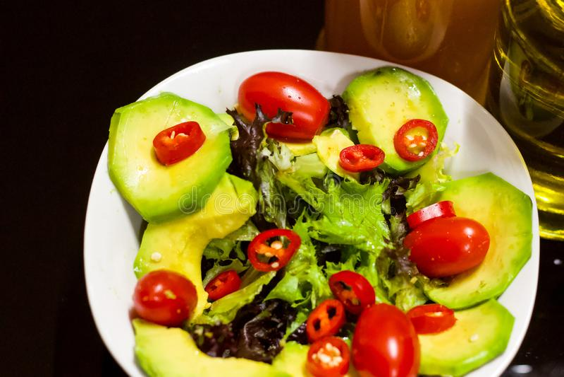 Avokado Cherry Tomatoes Salad med organisk olja, för sund matvana fotografering för bildbyråer