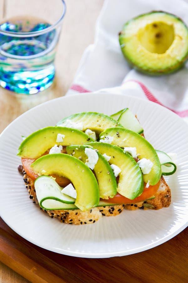 Avokado med Fetasmörgåsen arkivfoto