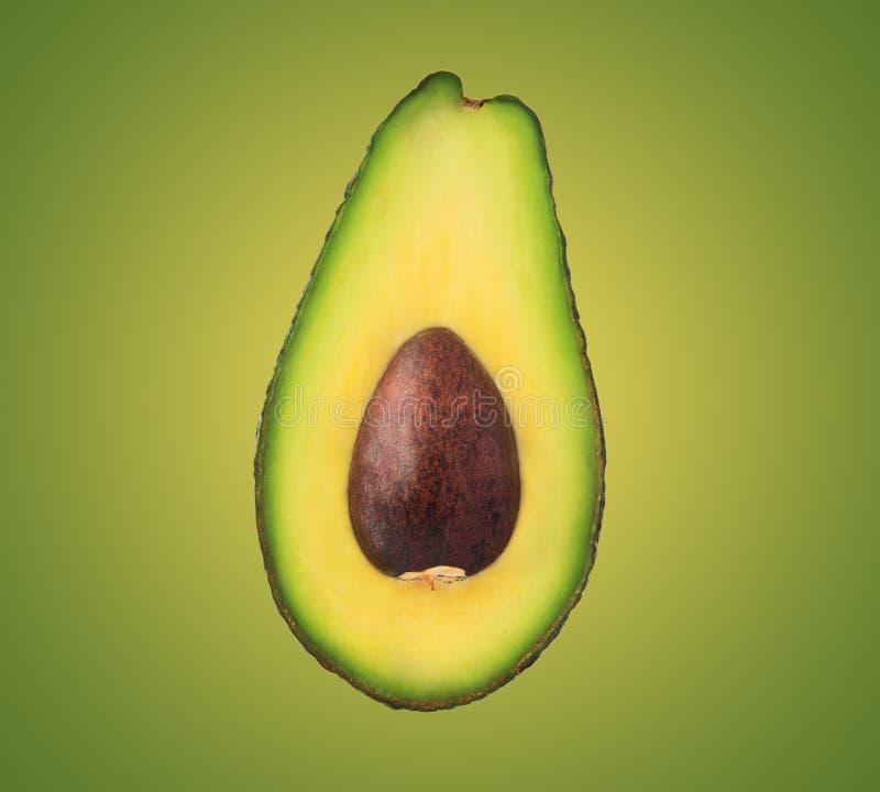Avokado på en grön bakgrund arkivfoton
