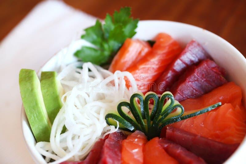 avokadonigiristycken spridde sushi fotografering för bildbyråer