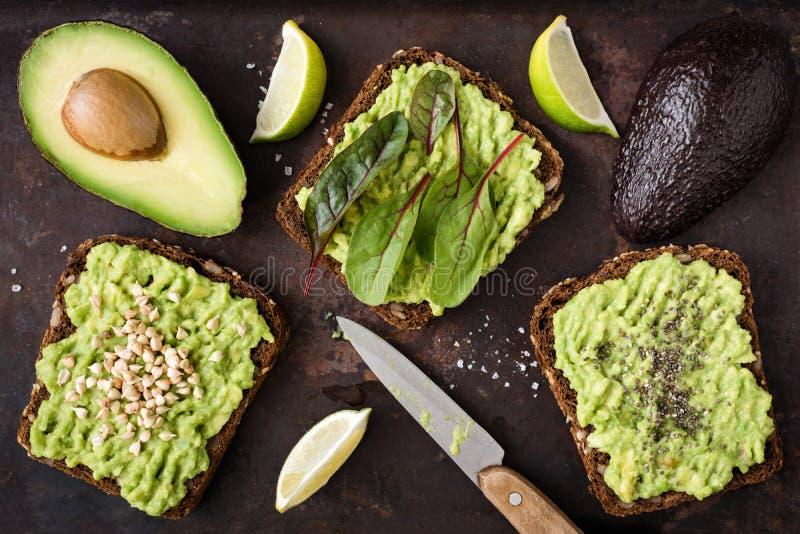 Avokadorostade bröd för strikt vegetarianfrukost eller mellanmål Top beskådar royaltyfri bild