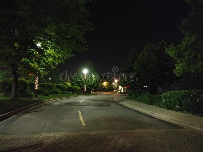 Avond bij de Curved Road Crosswalk stock foto