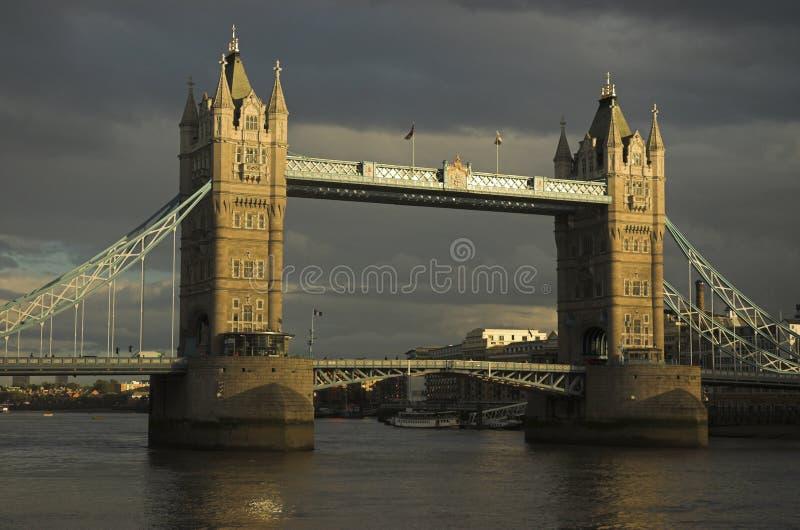 Avond die van de Brug van de Toren, Londen is ontsproten stock foto's