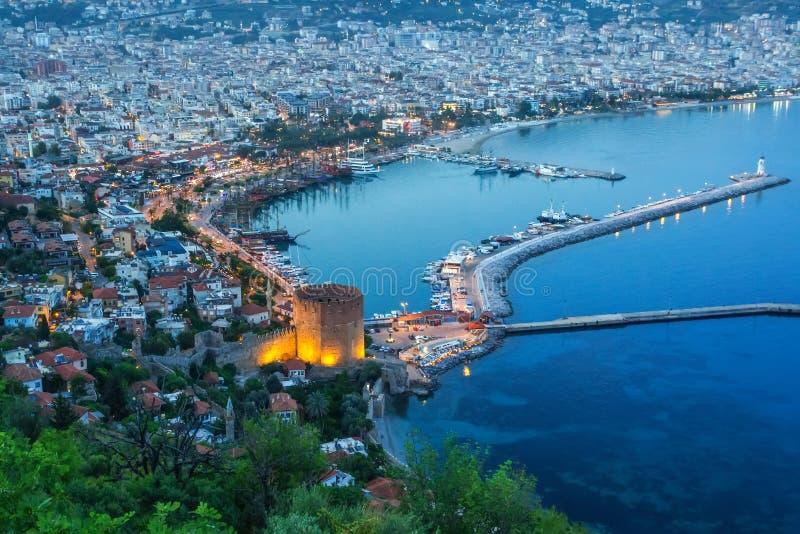 Avond hoogste mening van de baai van de Middellandse Zee en cityscape met de oude historische toren, Alanya, Turkije stock afbeelding