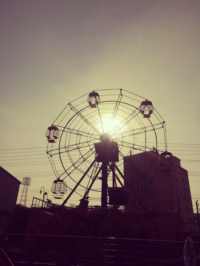 avond licht ogenblik van de mening van de zonsondergangstad stock foto's