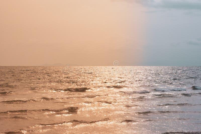Avond overzeese die atmosfeer door twee kleurentonen wordt verdeeld die Oran zijn stock foto's