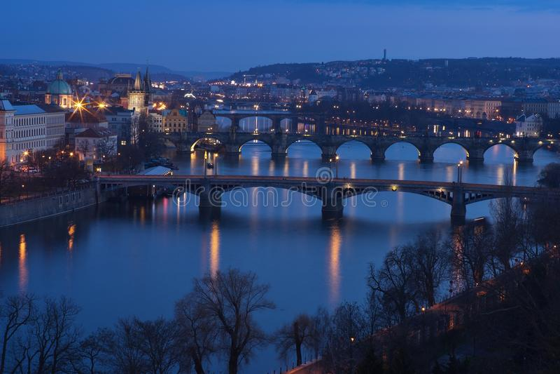 Avondbeeld over de bruggen van Praag en riverbank op de Vltava-rivier met Charles-inbegrepen brug royalty-vrije stock foto