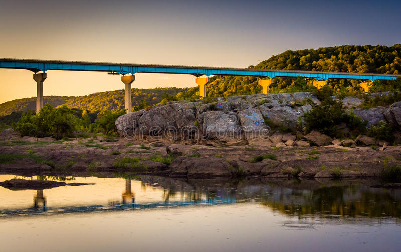 Avondbezinningen van een brug over de Susquehanna-Rivier, in H stock foto