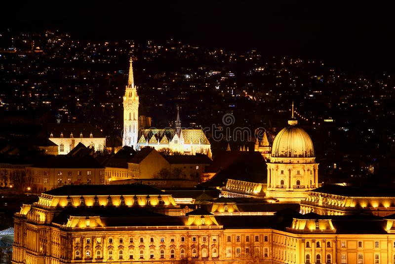 Avondclose-up van Royal Palace en Matthias Church Budapest stock afbeeldingen