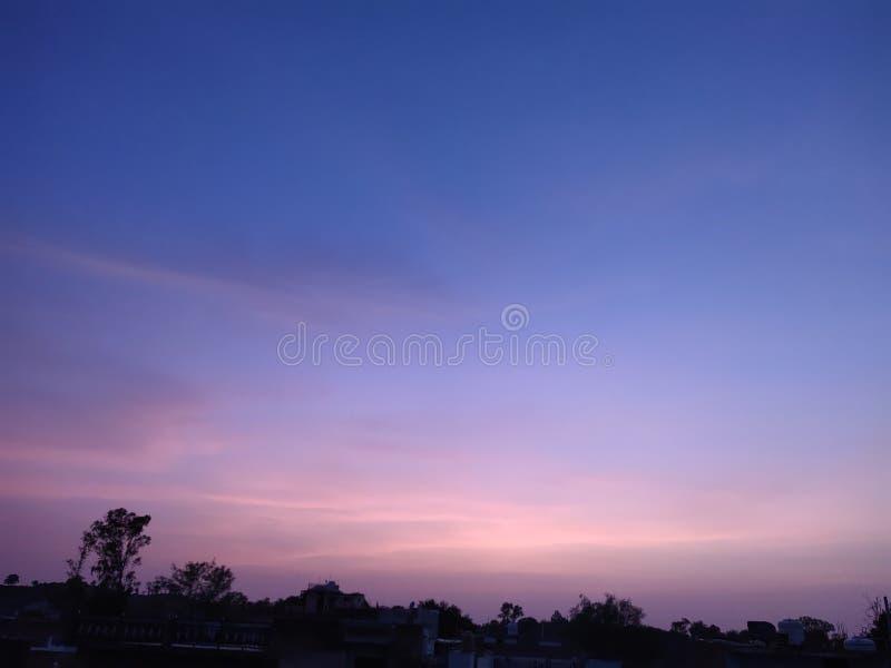 Avondhemel en Verbazende Kleurrijke hemel royalty-vrije stock afbeeldingen