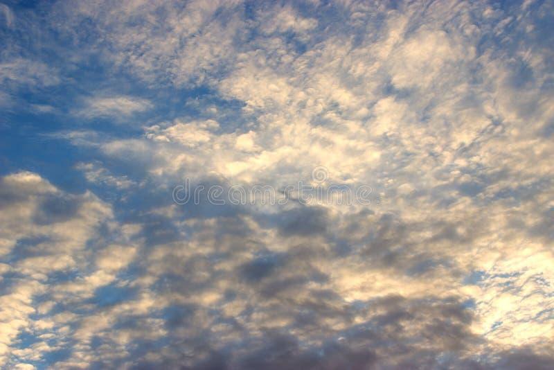 Avondhemel met cirrocumuluswolken De achtergrond van de hemel stock afbeeldingen
