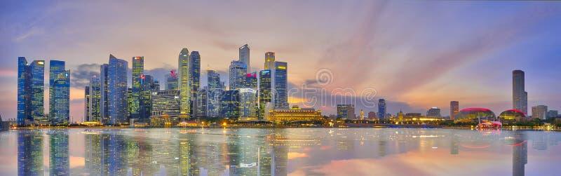 Avondhorizon van het Financiële District van Singapore royalty-vrije stock fotografie