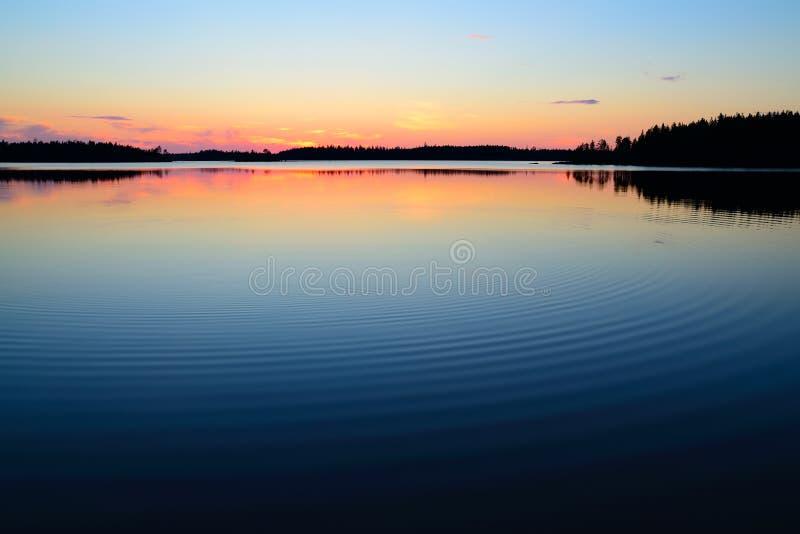 Avondkalmte. Meer Engozero, Noord-Karelië, Rusland royalty-vrije stock foto