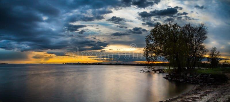 Avondlandschap bij het meer stock fotografie