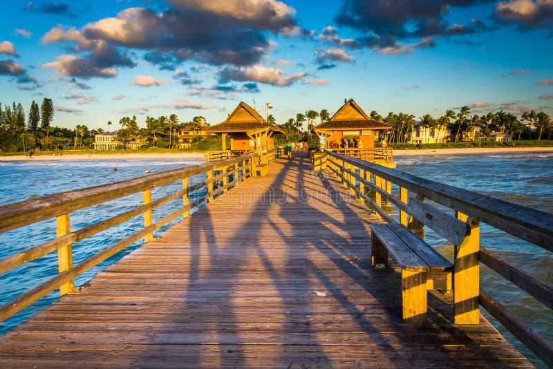 Avondlicht op de visserijpijler in Napels, Florida stock afbeeldingen