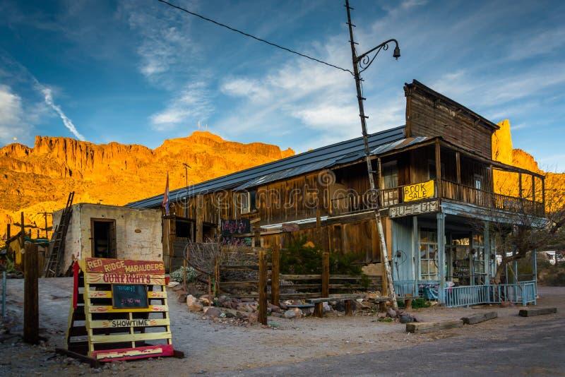 Avondlicht op een gebouw en bergen in Oatman, Arizona stock foto