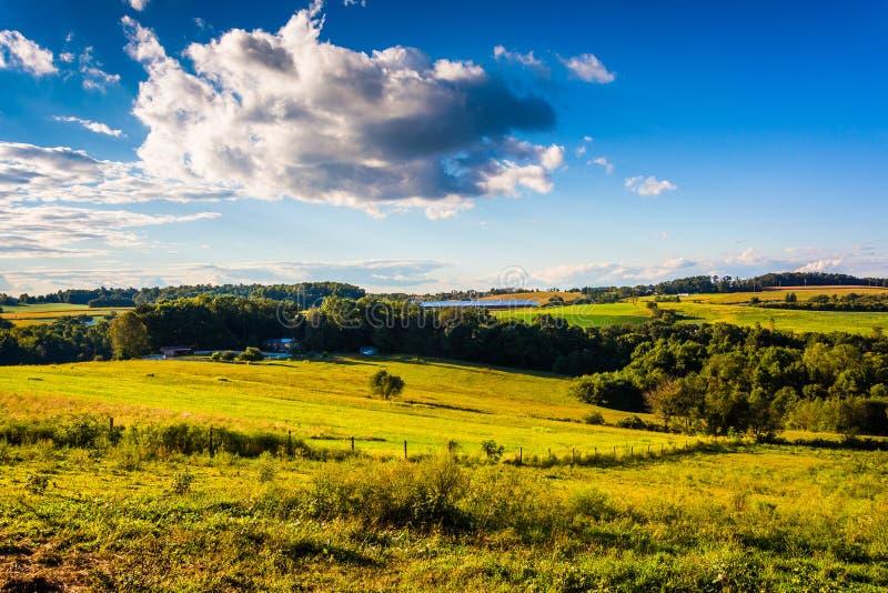 Avondlicht op landbouwbedrijfgebieden en rollende heuvels dichtbij Dwarswegen, royalty-vrije stock foto's
