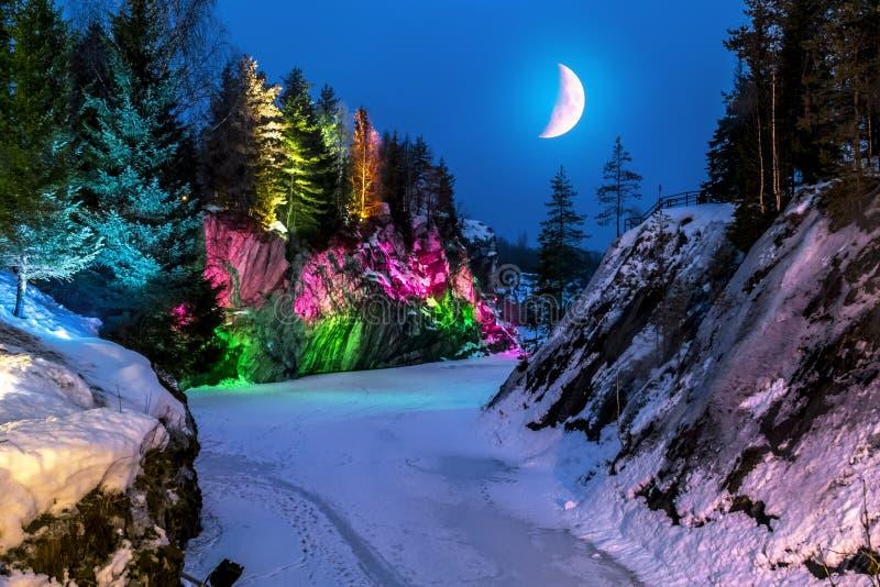 Avondlichten in de marmeren steengroeve Ruskeala in Karelië in w royalty-vrije stock foto