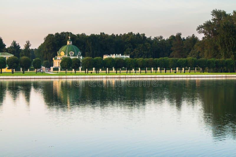 Avondmening door de paleisvijver op de Grot ` van het parkpaviljoen ` in museum-landgoed Kuskovo, Moskou stock afbeelding