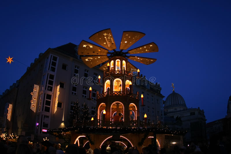 Avondmening over historisch centrum van Dresden op Kerstmis stock foto