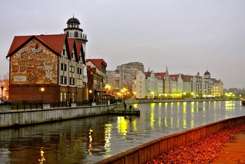 Avondmening van de dijk van Kaliningrad city's royalty-vrije stock fotografie