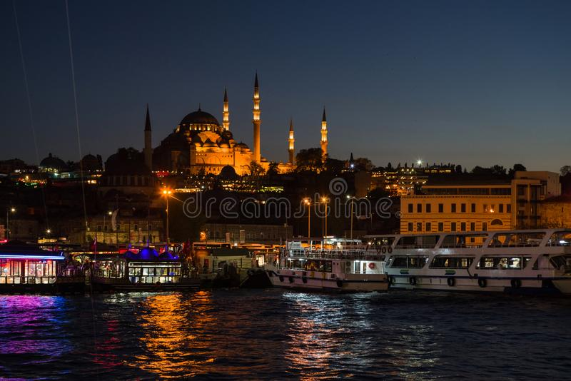 Avondmening van de Gouden Hoornbaai met de Eminonu-Pijler op de achtergrond van de Suleymaniye-Moskee stock foto
