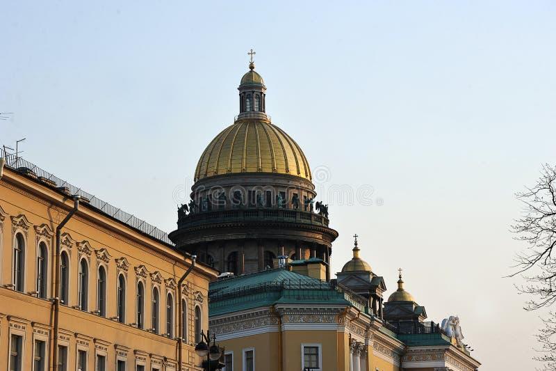 Avondmening van de koepel van St Isaac Kathedraal in St. Petersburg stock afbeelding